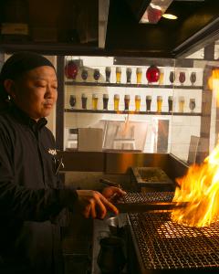 鶏を炭火で一気に焼き上げるスタイル!ダイナミックな演出をお届けしてください。