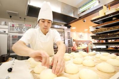 粉から生地をこねて焼き上げるオールスクラッチ製法で、毎日たくさんのパンを作っています。