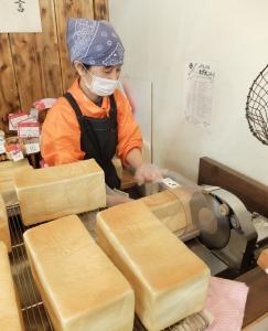 パンの製造は生地から作っています。地元の皆さまにも好評をいただいている商品のひとつです。