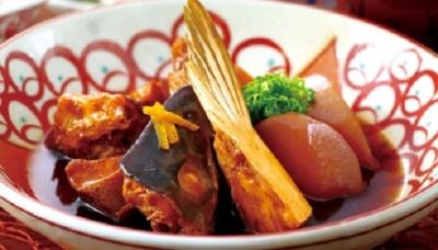 高知から直送の、旬魚・旬野菜を使った和食が楽しめる郷土料理店。高知和牛のわら焼きも人気です。