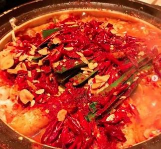 名古屋味噌と赤唐辛子をブレンドした秘伝のスープが自慢の鍋が大人気◎