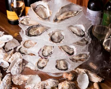 旬でおいしい牡蠣を全国各地から厳選して仕入れており、常時5~8種類の生牡蠣が食べ比べ可能◎