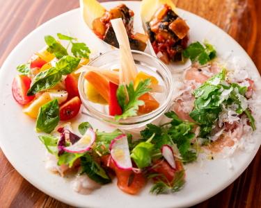 車海老や伊勢海老など全国から厳選して仕入れた食材をふんだんに使ったアラカルトメニューも人気◎