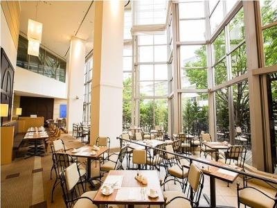 太陽の光が差し込むガーデンカフェ。開放感あふれる空間が広がっています。
