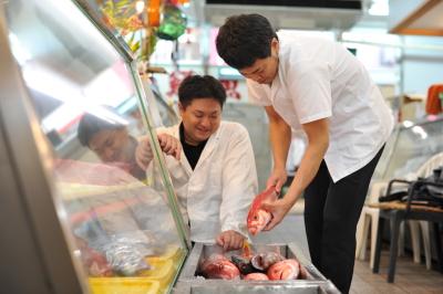石垣の市場から新鮮な食材を仕入れ、季節のメニューをみんなで考え提供しております!