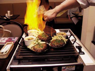 ハンバーグステーキは、お客様の目の前で豪快にフランベ。アツアツをお楽しみいただいております。