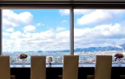 神戸港と広大な空の青がマッチした景色を求めて多くのお客様が訪れています。