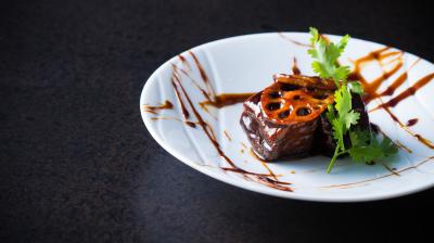 スタイリッシュな雰囲気の本格派中国料理店。日本国内から厳選した食材を使って、伝統の中国料理を日々探求