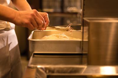 大阪発!銀座の串かつ専門店と中目黒の串揚げ専門店で、キッチンスタッフを募集。