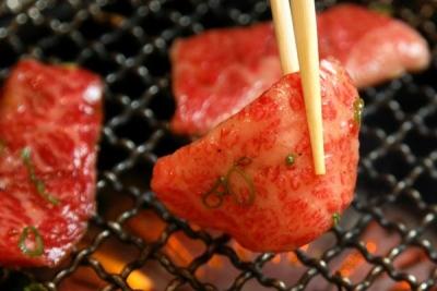 新鮮な赤身を焼いたら、とびきり美味しい焼肉の完成です