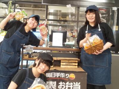 仲良し3人組♪♪キッチンさんの美味しいお料理を頑張って販売します!