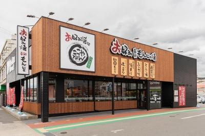 広々とした敷地を持つ郊外型の店舗(写真は姫路飾磨店)。アクセス便利な駅前型の店舗もあります。
