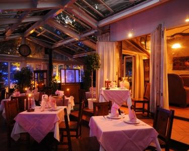 中庭を望むパティオのほか、70名収容可能なパーティールームなど、広大な敷地を存分に活用しています。