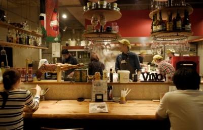 肉料理が思いっきり楽しめる肉バルや、地元食材を使った地中海風料理等、様々なジャンルの飲食店が8店舗!