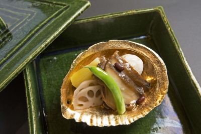 伊豆産の食材を用い、旬の味わいを引き出したお料理が自慢のハイクラス旅館。