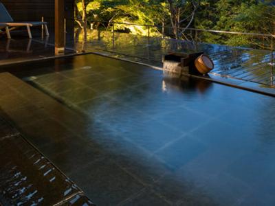箱根といえば温泉。スパ付のバーもあり、ゲストは、日の出から夕闇、夜と、一日中お酒を楽しめる趣向です。