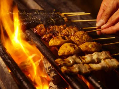 国産の鶏・豚・牛を使用した、こだわりの串焼きが楽しめる『本格炭火焼鳥 善』