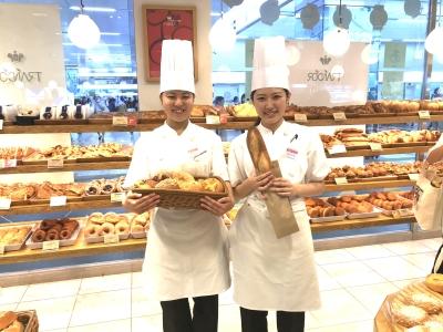 スタッフみんなで連携を取りながら、焼きたてのパンをお客様に提供しています。