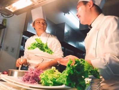 平日は披露宴メニューの仕込み。華やかなお祝いの料理を、手際よく大量に調理します。