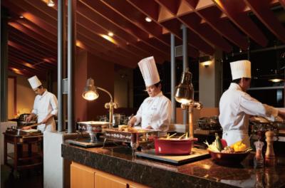 15階のバイキングレストラン「レガーロ」。約30種類以上のおいしい料理を堪能できます