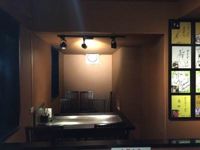 ダウンライトで落ち着いた店内は、他のお好み焼き屋にはない雰囲気