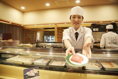 魚をさばく、寿司を握る、そして心地よい接客を行うスペシャリストとなる店長へ!