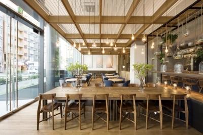 ガラス張りのオシャレな外観が特徴のカフェ&レストラン『eight days』。キッチンスタッフ募集!