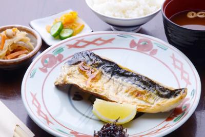 市場や漁港直送の天然の鮮魚や食材を中心に、こだわり抜いた食材を仕入れています。