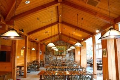 大自然のど真ん中にあるスキー場内のレストラン。居心地の良さが自慢です。