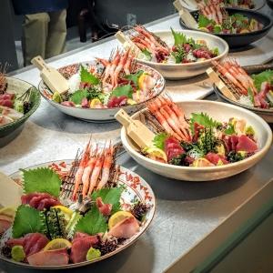 社員食堂内で、にぎり寿司やマグロの解体ショーなどのイベントを行うこともあります。