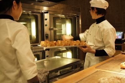 ライヴ感あるオープンキッチンで焼き立てのパンをご提供します!