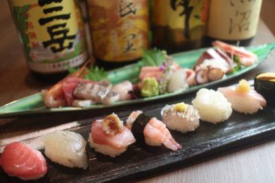 """『喜多郎寿し』は新鮮食材をリーズナブルに楽しめるお店。一貫一貫が小さい""""しゃりこま""""なお寿司が人気!"""