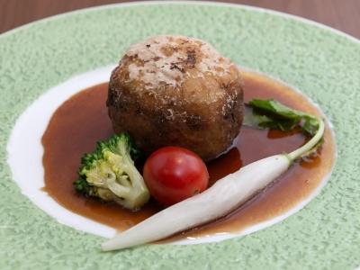 大好評の肉じゃがドームです!新感覚のお料理を提供した時の、「わぁ!」という驚きの反応が楽しいですよ♪