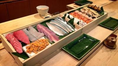 築地で仕入れる鮮魚など、こだわりの食材がずらりと並ぶカウンター