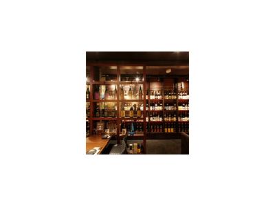酒蔵をイメージした店内には、数百種を超える銘柄の焼酎が並びます