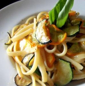 旬の新鮮野菜を使ったパスタやイタリアンの一品料理を、ランチからディナーまでお届けしています。