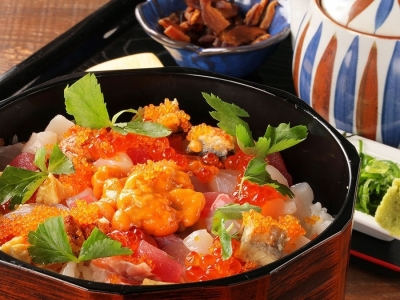当店の看板メニューの「海鮮ひつまぶし」です。ウニやイクラなどの新鮮な海鮮をふんだんに使用しています。