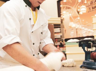 手づくり・焼き立てのパンが自慢のブーランジュリーで、販売スタッフとしてご活躍を。