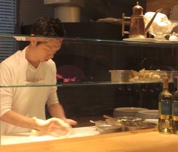 オープンキッチンでは、ピッツァイオーロのワザを披露。