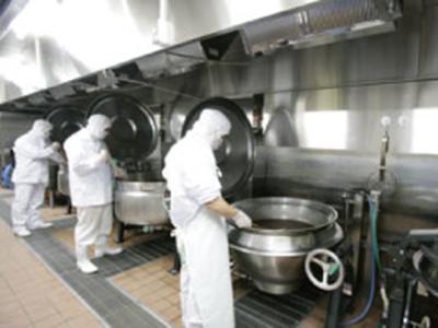 身体に優しい一品料理を作る為、化学調味料や保存料・着色料などは一切不使用!(写真は調理風景)