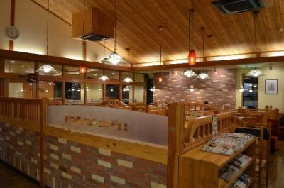 漆喰モチーフの壁、天井の木材、レンガ、少し大きめの椅子など、店内のいたるところにくつろぎの演出が◎