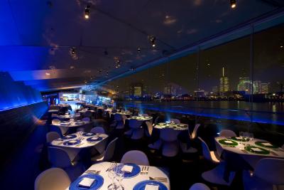 店内から横浜の夜景を一望できる☆ロケーションバツグンのレストランバーで、新しいホールスタッフを募集!