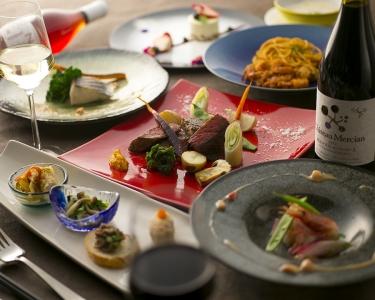 和・洋・中の垣根を超えた料理で、お客様を飽きさせないメニューを生み出しています。