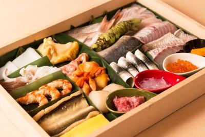 """吟味した旬の食材を職人の熟練の技で握り、""""芸術の一品""""に創り上げます。"""
