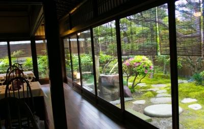 幕末から明治に建てられた歴史ある京町家で、特別な空間を演出しています。