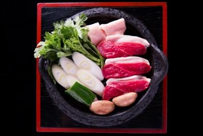 明治初期から146年の歴史を誇る、鴨料理専門店。鉄鍋で焼き、おろし醤油で食べる鴨は美味です!