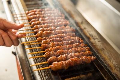 博多製法の「博多とりかわ」が看板メニュー。「焼き師」になったら、人気の味の秘密を伝授します。
