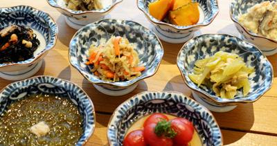 羽釜で炊いた白米の美味しさと、日替わりのお味噌汁をメインにした和食料理店で店舗スタッフを募集します