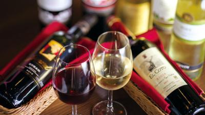 ワインもリーズナブル。お客様、従業員の笑顔があふれるお店です。