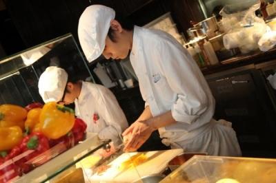 伝説と謳われる代官山のレストランで料理長を務めた人物がプロデュース!